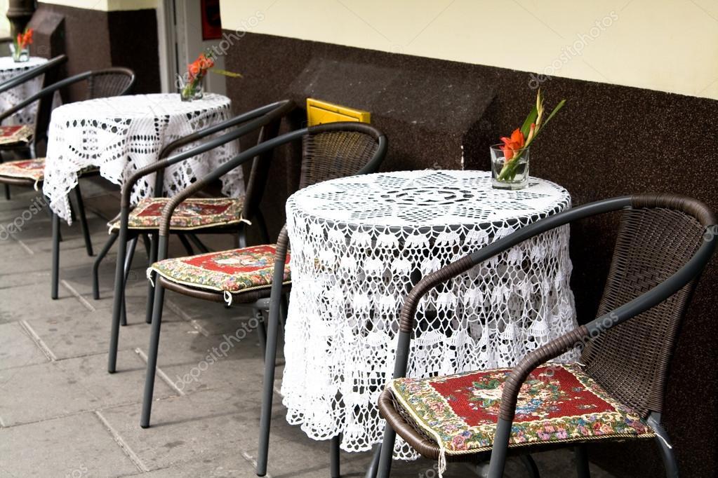 mesas con manteles de ganchillo en un caf al aire libre cracovia polonia