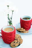 Two blue cups in knitted covers and chocolate cookies — 图库照片