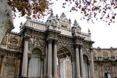 ISTANBUL - November 20: the Gate of the Sultan, Dolmabahce Palace, on November 20 in Istanbul,Turkey. Dolmabahçe Palace was ordered by the Empire's 31st Sultan, Abdülmecid I. — Foto de Stock