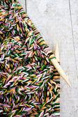 編む針と糸の木製の背景 — ストック写真