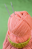 One ball of pink yarn and knitting needles on aNational Turkish plate — Stock Photo
