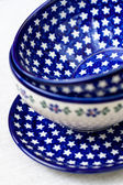 национальные блюда польской керамической на серой ткани — Стоковое фото