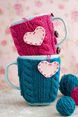 Two blue cups in blue and pink sweater with felt hearts — Foto de Stock