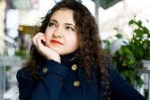 Mladá krásná brunetka v pouliční kavárně — Stock fotografie
