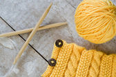 Knitting pattern and needles on a wooden background — Stockfoto