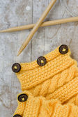 Knitting pattern and needles on a wooden background — Foto de Stock