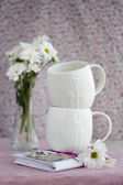 Two white cups, a bouquet of white flowers and vintage notebook — Стоковое фото
