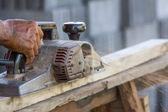 Arbeiten mit elektrischen hobel zimmermann — Stockfoto