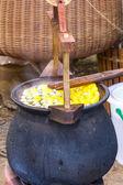 在锅中煮沸茧 — 图库照片