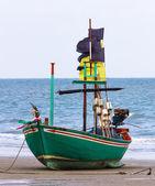 Barco de pesca en la playa — Foto de Stock