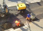 Trabalhadores em uma estrada em construção — Foto Stock