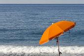 青い海に対して傘 — ストック写真