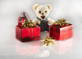 Teddy bear with christmas gifts — ストック写真