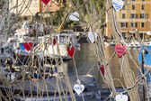 Hearts in the fishing net — Stock Photo