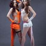 Два красоты сексуальные go-go танцоров стоять портрет — Стоковое фото