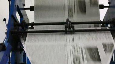 Línea de producción de periódico blanco y negro — Vídeo de Stock