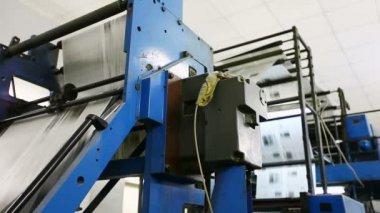 Máquina del gran periódico en una imprenta — Vídeo de Stock