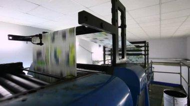 Máquina de typoghraphy la prensa impresa en obra — Vídeo de stock