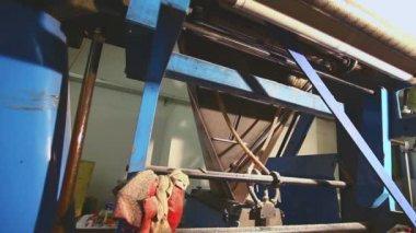 Gazeta na linii produkcyjnej w drukarni — Wideo stockowe