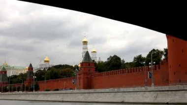 View on kremlin wall and gold dome from pleasure boat — Stock Video