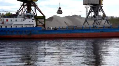 Ship's crane unloads sand — Stock Video