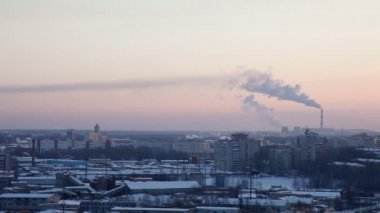 Winter city at sunset in Russia with smoke — Stock Video