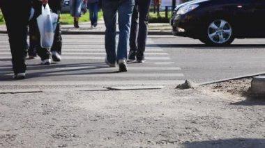 走在斑马线袋 — 图库视频影像