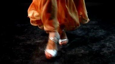 Woman dancing in arabic costume — Stock Video