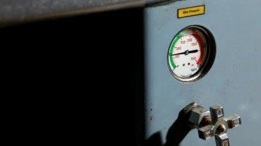 Barómetro de presión industrial en el primer plano de trabajo — Vídeo de stock
