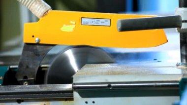 Fábrica de madera - sierra circular corte primer plano de la madera contrachapada — Vídeo de Stock