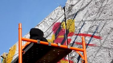 Man in dark cloth paint graffiti — Wideo stockowe