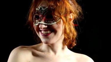 Rote frau in maske smile - emotionen im fokus — Stockvideo