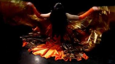 Arap dansçı sit, flep ile altın kanat — Stok video