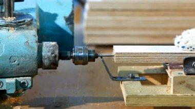 Perforación un contrachapado de lado en la fábrica de madera — Vídeo de stock