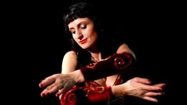 Arap dans eden kadın elle — Stok video