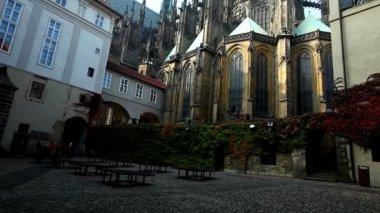 Achtertuin weergave met toeristen groep van praag kathedraal — Stockvideo
