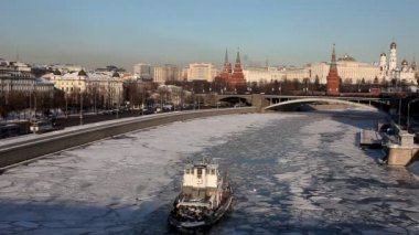 Moscow Kremlin and boat in river time lapse at winter sunset — Stock Video