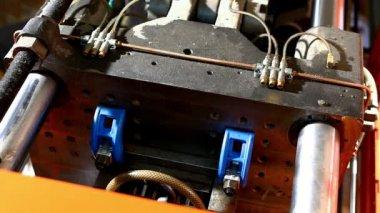 Prensa moldura vista superior de la máquina en el ciclo de trabajo — Vídeo de stock