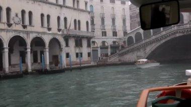 Segeln sie auf passagier-schiff unter brücke — Stockvideo