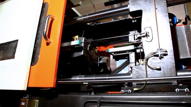 Máquina de moldeo por compresión preparación caliente polietileno — Vídeo de stock