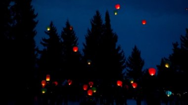 Rice paper hot air balloons are launched in winter sky — Stock Video