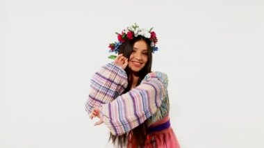 Beauty russian girl with garland - ethnic dance — Stock Video