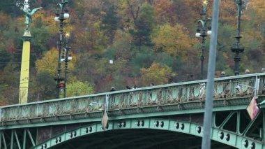 Crowd of tourist walk on Old bridge over vltava, prague — Stock Video