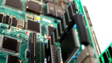 Placa de ordenador con las tarjetas de expansión en movimiento — Vídeo de stock