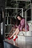 Bella donna in abito rosa seduto sulle scale — Foto Stock