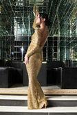Mujer morena vestida de oro — Foto de Stock