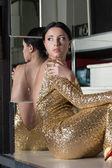 Güzellik kadın portre altın elbise merdivende — Stok fotoğraf