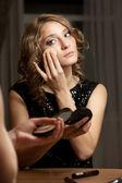 Mujer rubia haciendo maquillaje de noche antes de espejo — Foto de Stock