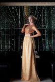 Femme aux cheveux courts dans une belle robe longue — Photo