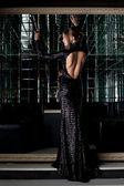 Mulher jovem e bonita de vestido preto longo — Foto Stock